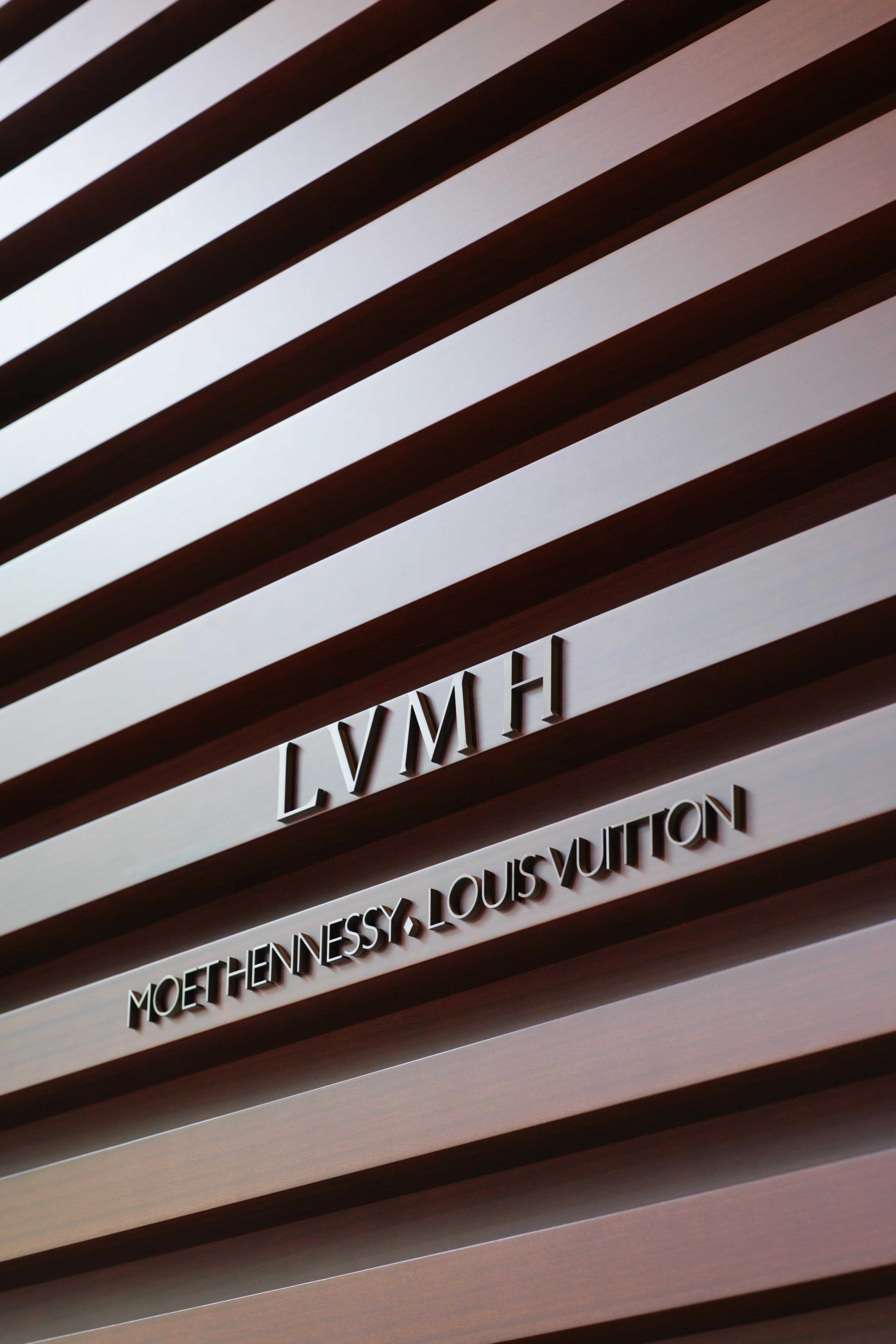 lvmh 1 strategy, organization & marketing project spring 2015 professor: paolo neirotti yashar taifeh – s201988 jennie boérius – s215711 elena boffi .
